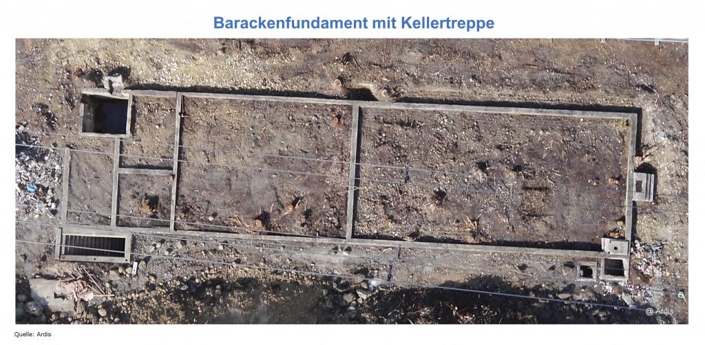 Fundament der Verwaltungsbaracke mit Kellertreppe. Quelle: Ardis